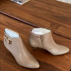 Anne Klein beautiful Leather Taupe Boot -size 6